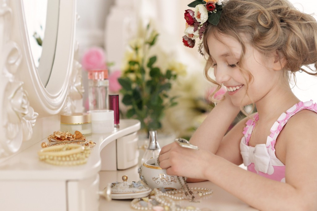 Little girl near the mirror